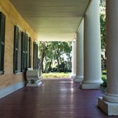 Hotel and Spa review of Houmas House Plantation and Gardens, Louisiana, USA: Walk ways under the great columns and terrace