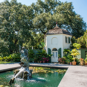 Hotel and Spa review of Houmas House Plantation and Gardens, Louisiana, USA: The Turtle bar and fountain